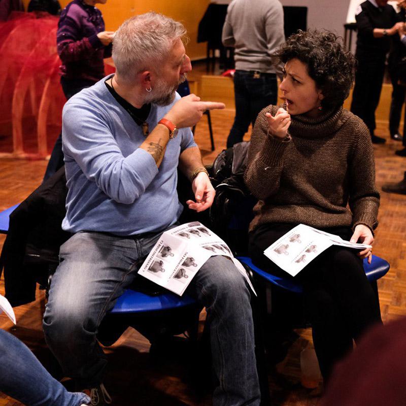 uomo e donna che parlano in lis